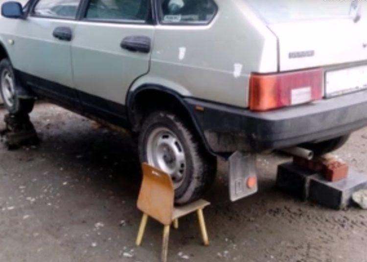 Стул и кирпичи под колесами авто