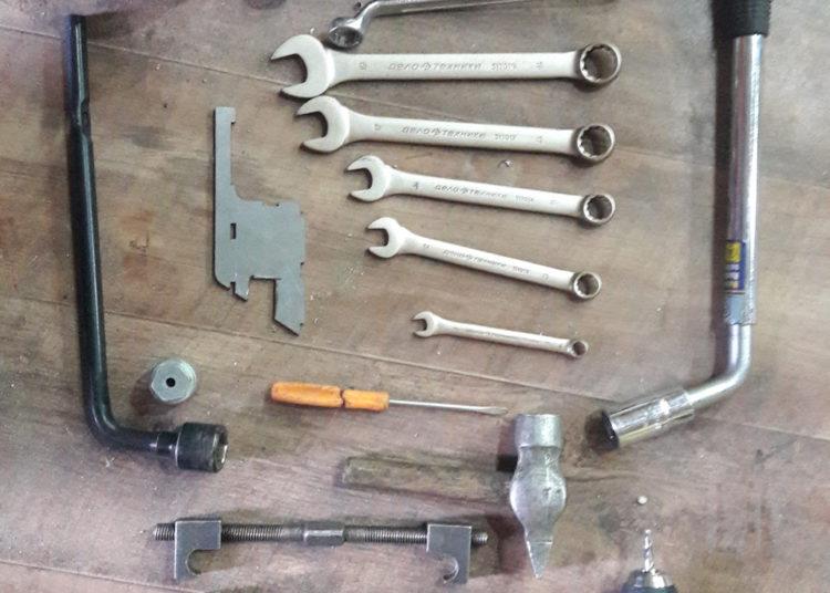 Разводные ключи, молоток