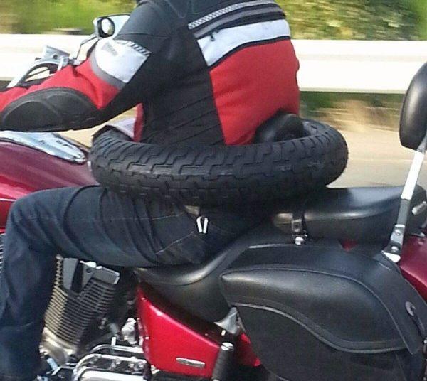Водитель момтоцикла в шине