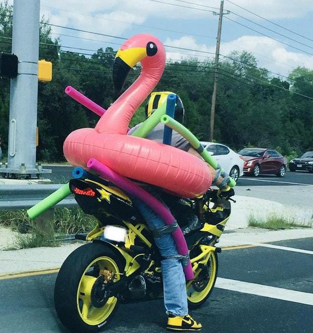 Мотоциклист в детском надувном круге