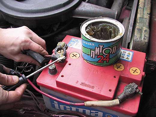 Обработка литолом клемм аккумулятора