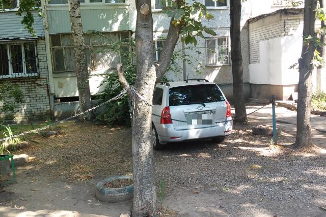 Парковка под окнами с цепями