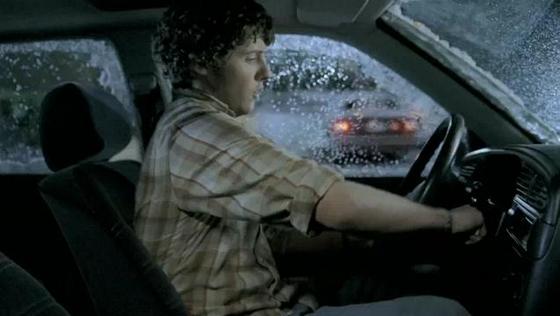 Водитель в замерзшей машине