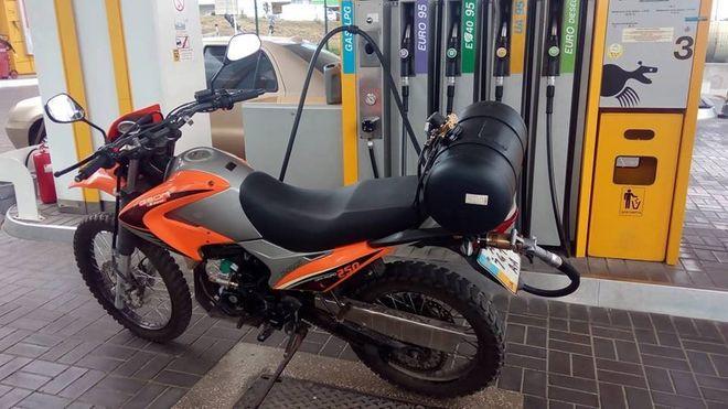 Мотоцикл на газовой заправке