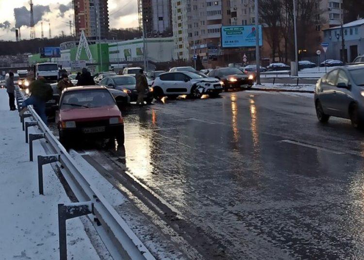 Мокрая дорога зимой