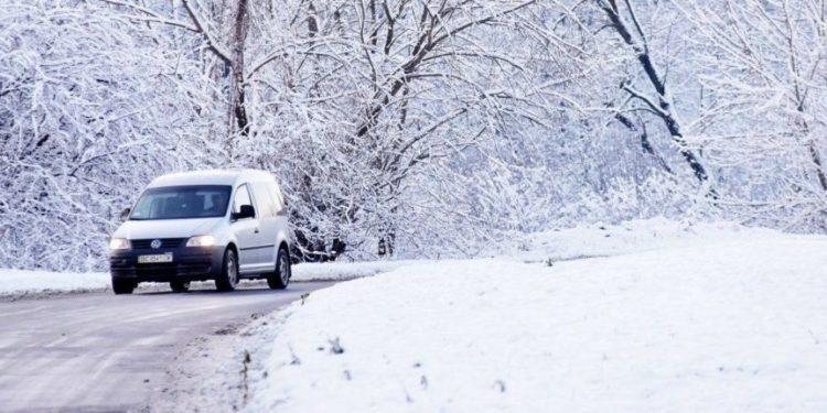 Автомобиль на снежной дороге