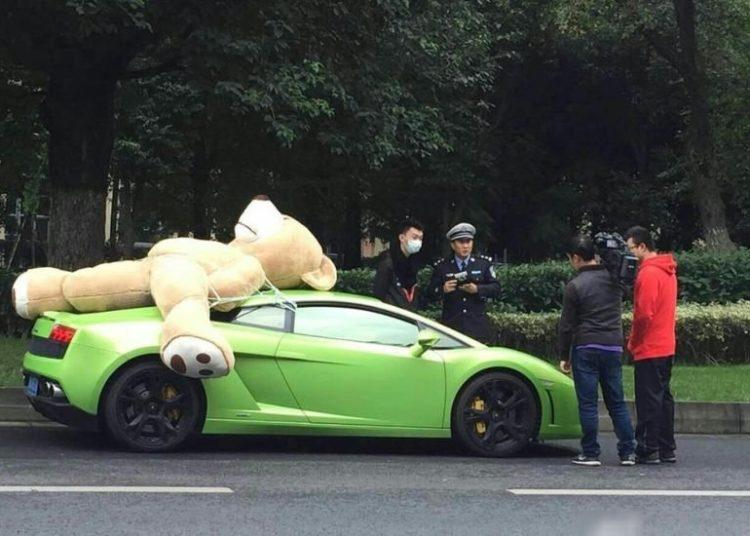 Плюшевый медведь на машине и полиция