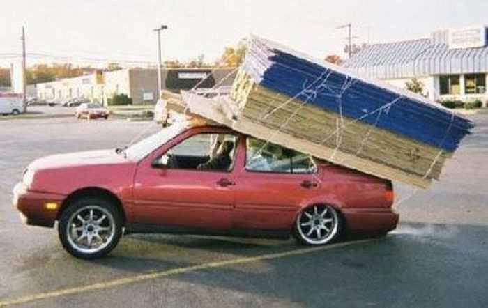 Машина с плитами на крыше