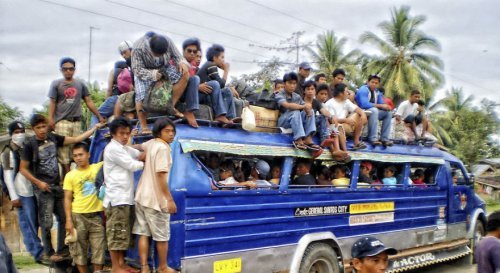 Заполненный автобус и люди на крыше