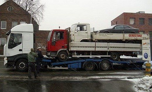 Три машины на грузовике