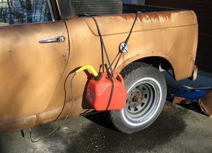 Канистра примотана к машине