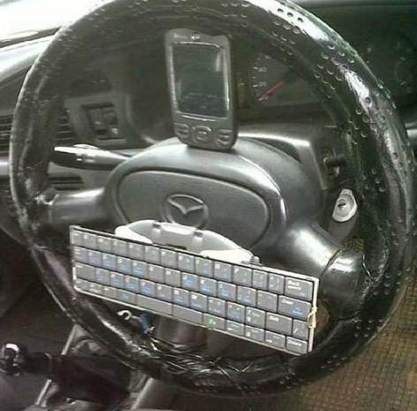 Клавиатура и смартфон на руле