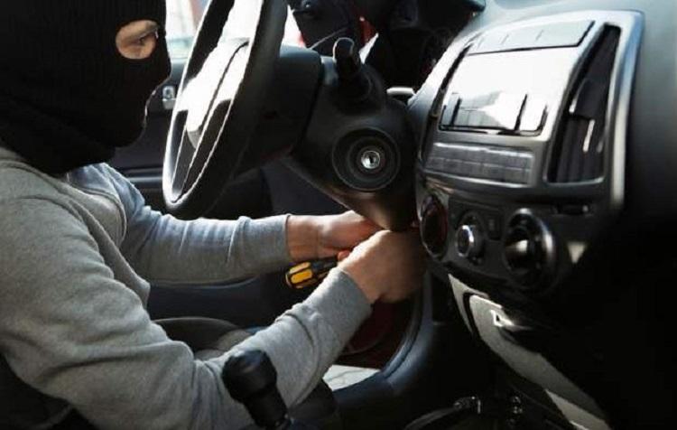 Угонщик в машине