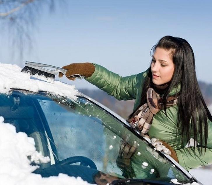 Чистка снега щеткой на машине