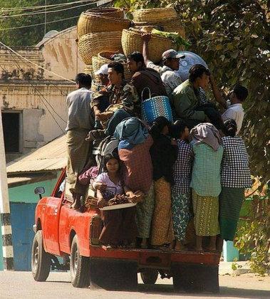 Куча людей на открытом легковом авто