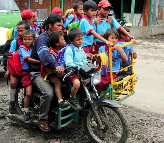 Перевозка детей на мотоцикле с контейнером