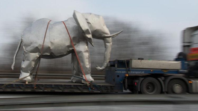 Слон-макет на немецком автобане