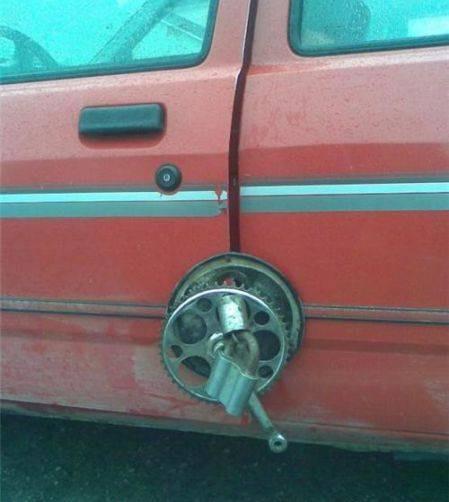 Навесной замок на двери автомобиля
