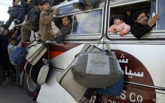 Люди заполнили автобус, двери и крышу