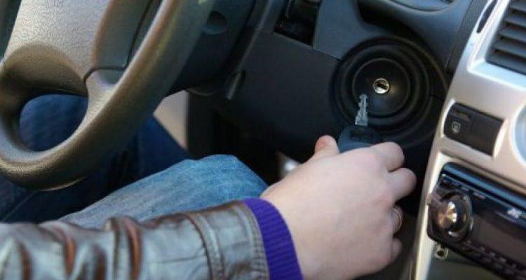 Водитель с ключом зажигания