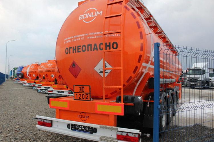 Оранжевый грузовик Огнеопасно