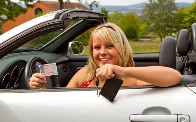 Девушка в машине с правами и ключами