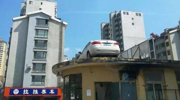 Автомобиль на крыше здания