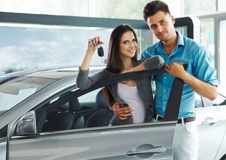 Парень и девушка с ключами от автомобиля