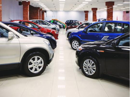 Ряды автомобилей в салоне