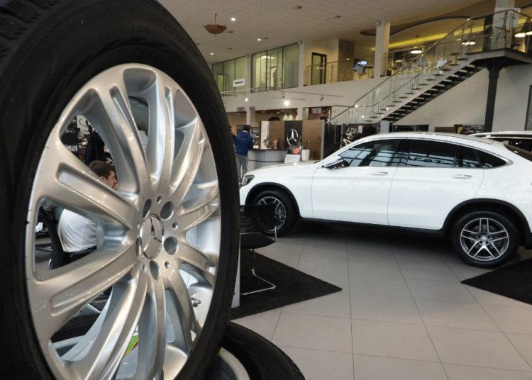 Автомобильный салон и белый автомобиль