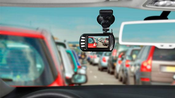 Видеорегистратор на авто в потоке машин