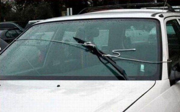 Веревки привязаны к дворнику на стекле