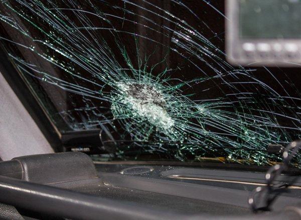 Разбитое лобоовое автостекло