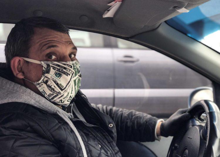 Водитель такси в маске