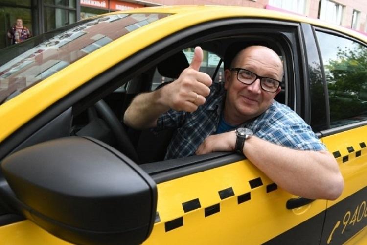 Водитель в такси показывает класс
