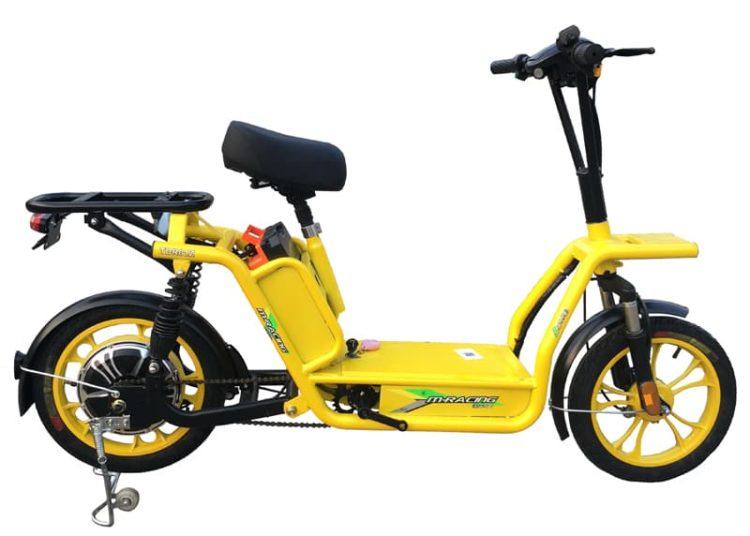 Желтый электроскутер