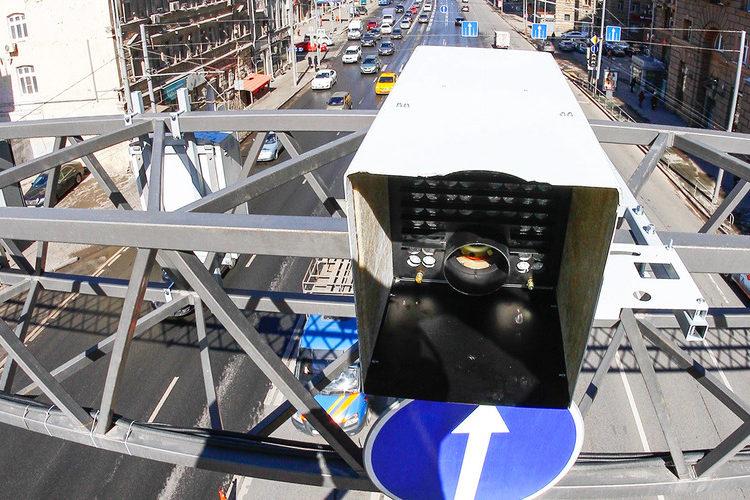 Камера видеонаблюдения над дорогой