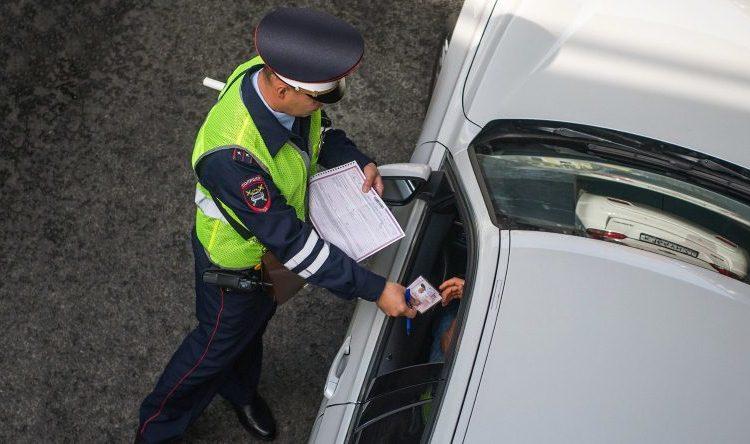 Сотрудник ГИБДД остановил авто