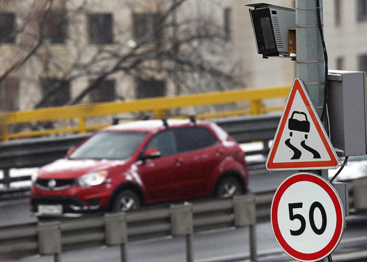 Ограничитель скорости 50 и неровная дорога