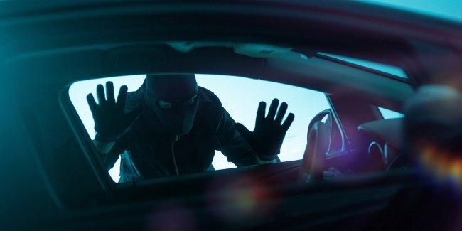 Угонщик заглядывает в автомобиль