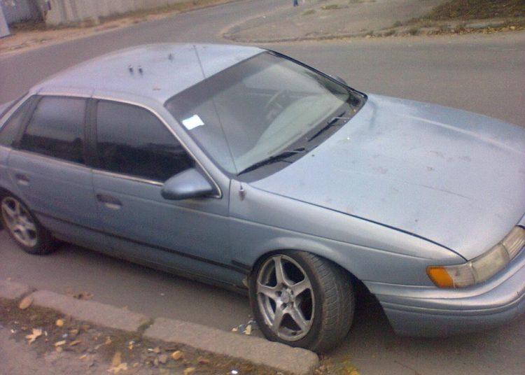 Автомобиль с отпавшим колесом