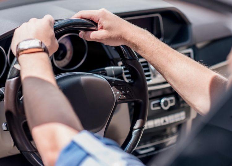 Руки водителя на руле