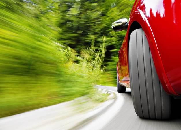 Колесо автомобиля на скорости на дороге