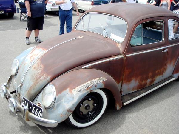 Старое ржавое авто Фольксваген Жук