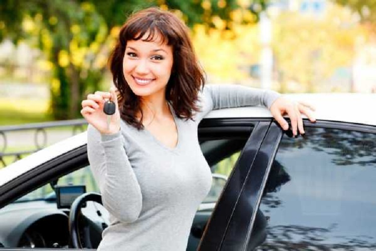 Девушка с ключами возле авто