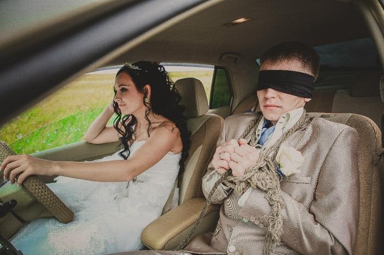 Связанный жених и счастливая невеста в авто