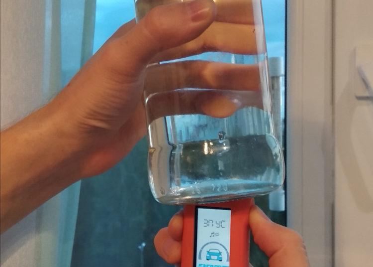 Банка с водой в руке