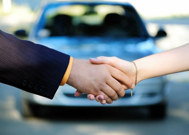Пожатие рук и автомобиль