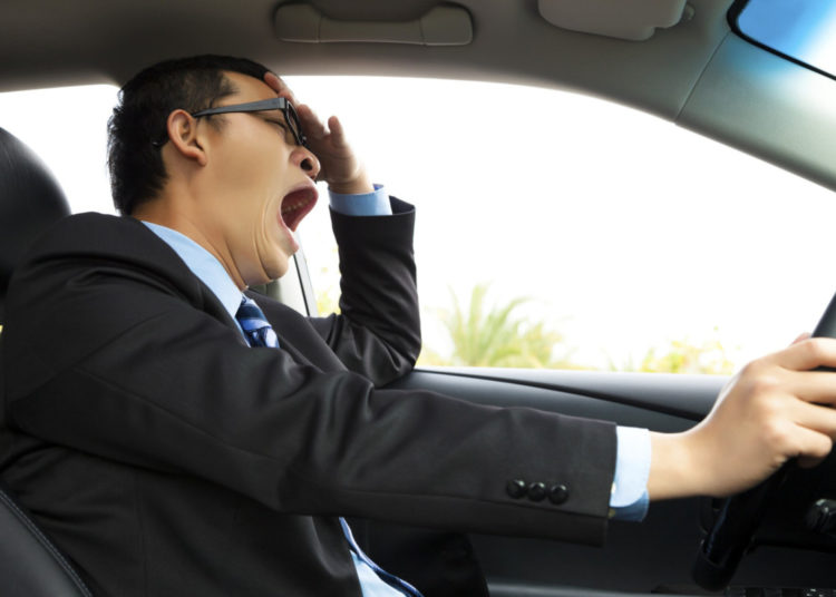 Водитель зевает за рулем