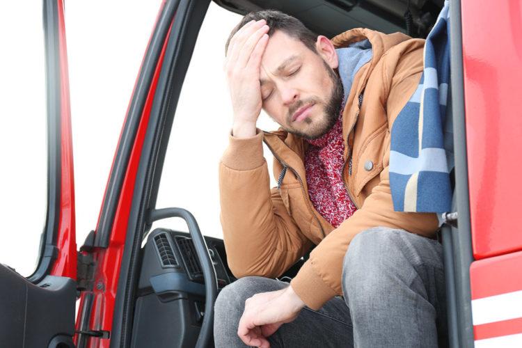 Водитель спит в машине